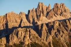 Maxima för stenigt berg av Croda da Lago i dolomitesna royaltyfria bilder