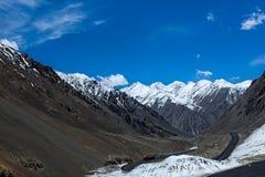 Maximala berg och snö på karakoramhuvudvägen Royaltyfria Bilder