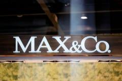 Maximales und Co-Zeichen auf Straßenshopfenster Rom Stockbilder