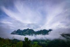 Maximalt berg av det dimmiga landskapet royaltyfri foto