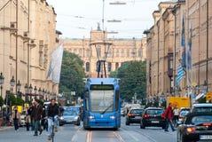 Maximilianstrasse、路面电车和观点的巴法力亚议会III 图库摄影