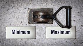 Maximum de commutateur de mur contre le minimum illustration libre de droits