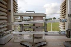 Maximum en Minimumthermometer Gezet op de Meteorologische Kooi stock afbeeldingen