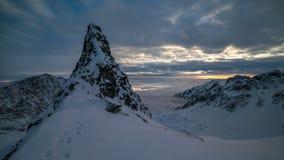 Maximum för berg för vinter för solnedgånghimmelower Den Tid schackningsperioden zoomar in arkivfilmer