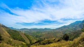Maximum för himmel för bergsollöneförhöjning royaltyfria foton
