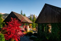 Maximum för traditionellt bergstugor och Krivan berg, Vysoke Tatry, Slovakien arkivbilder