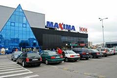 Maximum shoppar mitten i den Vilnius stadsUkmerges gatan Arkivbild