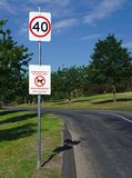 Maximum snelheid 40 kilometers per uur en Honden belemmerd teken stock fotografie