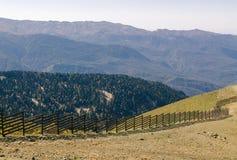 Maximumet av höga berg Ljus dagsol i berghöstskogen arkivbilder