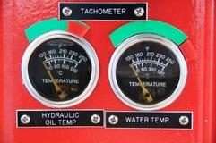 米或测量仪在起重机客舱措施Maximun装载、发动机速度、液压、温度和燃料级别的 图库摄影