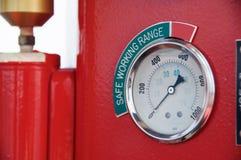 米或测量仪在起重机客舱措施Maximun装载、发动机速度、液压、温度和燃料级别的 免版税库存图片