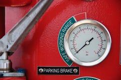 米或测量仪在起重机客舱措施Maximun装载、发动机速度、液压、温度和燃料级别的 免版税库存照片