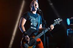 Maxym Krasnooky,乌克兰摇滚小组疯狂的头的低音歌手在生活音乐会的在Pobuzke,乌克兰, 15 07 2017年,社论照片 库存照片