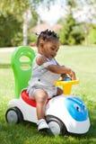 Mały amerykanin afrykańskiego pochodzenia chłopiec bawić się Zdjęcia Royalty Free