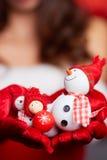 Mały bałwan z czerwonym szalikiem i kapeluszem w rękach modela CH Zdjęcie Stock