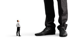 Mały biznesmen patrzeje jego dużego szefa Fotografia Royalty Free