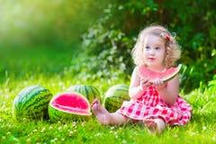 mały dziewczyny jedzący arbuz Zdjęcia Royalty Free