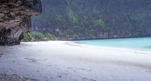 Maya Bay i regnet Arkivbilder