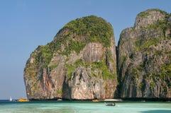 Maya Bay omgav vid kalkstenklippor på Phi Phi Leh Island, K Fotografering för Bildbyråer