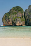 Maya Bay omgav vid kalkstenklippor på Phi Phi Leh Island, K Royaltyfria Bilder