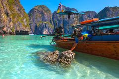Maya Bay, Phi Phi Leh-Insel, Krabi, Thailand - Februrary 2014 lizenzfreie stockbilder