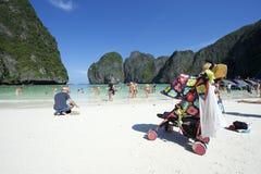 Maya Bay Thailand Family Tourists con el cochecito Fotografía de archivo
