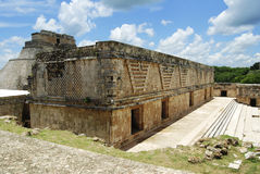 Maya-Gebäude und Pyramide des Magiers bei Uxmal Stockfotos