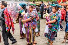 Maya indígena en traje del traditonal en la procesión, Guatemala Fotos de archivo