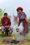 Maya priesters die ritueel uitvoeren royalty-vrije stock foto