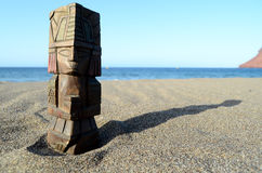 Maya Statue antique sur la plage de sable Photos libres de droits