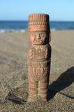 Maya Statue antique sur la plage de sable photographie stock libre de droits