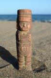 Maya Statue antique sur la plage de sable Photos stock