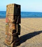 Maya Statue antique sur la plage de sable photo stock