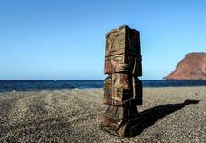 Maya Statue antique sur la plage de sable images stock