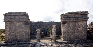Mayagebäude-Frontseite bei Tulum lizenzfreies stockbild
