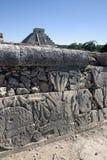 Mayahieroglyphen mit der großen Pyramide im Hintergrund Lizenzfreie Stockfotos