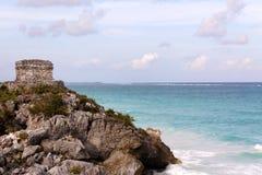 Mayakontrollturm über dem Ozean bei Tulum stockfotos