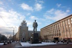 Mayakovsky monument i mitten av den Triumphalnaya fyrkanten i Moskva Arkivbilder