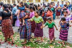 Mayamädchen auf Corpus Christi-Teppich, Parramos, Guatemala stockfoto