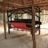 Mayan byinvånare som väver vävstolen Arkivbild