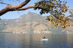 Mayan inheemse visserij op zijn kano bij San Pedro op meer Atitl Stock Foto