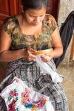 Mayan kvinna som broderar i Guatemala Royaltyfri Bild