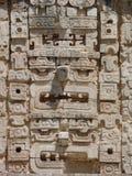 Mayan maskering som snidas i sten Arkivfoto