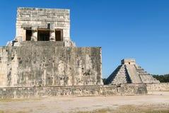 Mayan pyramid av Jaguares och El Castillo i Chichen Itza Royaltyfri Fotografi
