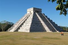 Mayan pyramid av Kukulcan El Castillo i Chichen Itza Royaltyfri Foto