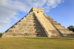 Mayan pyramid av Kukulcan i Chichen-Itza, Mexico Arkivbilder