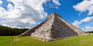 Mayan pyramid of Kukulcan El Castillo in Chichen I Royalty Free Stock Image