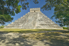 The Mayan Pyramid of Kukulkan (also known as El Castillo) and ruins at Chichen Itza, Yucatan Peninsula, Mexico Stock Photos