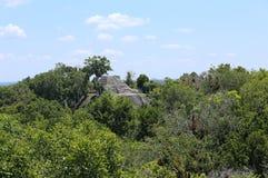 Mayan ruïnes bij de archeologische plaats Yaxha, Guatemala stock fotografie