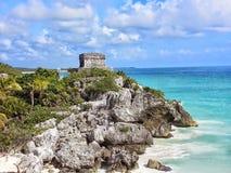 Mayan Ruïnes boven de Caraïbische Zee worden neergestreken die Stock Foto